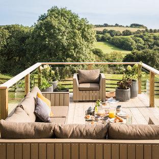 Esempio di un ampio giardino shabby-chic style esposto in pieno sole dietro casa in estate con pedane