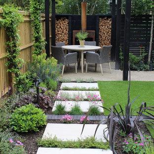 Aménagement d'un petit jardin arrière contemporain l'été avec une exposition partiellement ombragée.