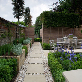 На фото: маленький геометрический, тенистый участок и сад на заднем дворе в классическом стиле с покрытием из каменной брусчатки и высокими грядками с