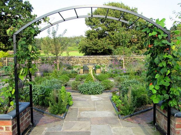 American Traditional Garden by Sue Hayward Garden Design Ltd