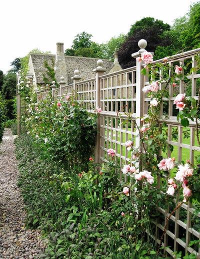 American Traditional Garden by Stuart Garden Architecture