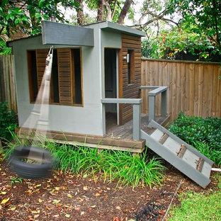 Esempio di un piccolo giardino minimal con uno spazio giochi