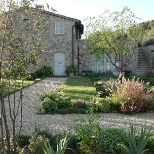Ispirazione per un grande giardino formale country nel cortile laterale con ghiaia