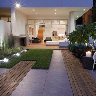Moderner Garten hinter dem Haus mit Wasserspiel in Sydney
