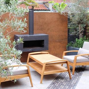 Kleiner Moderner Garten im Sommer mit direkter Sonneneinstrahlung in Sonstige