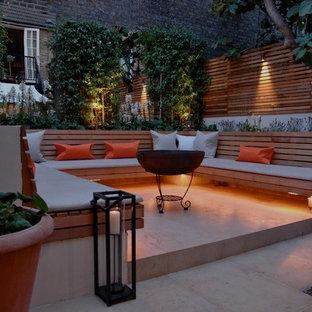 Exemple d'un petit jardin arrière tendance l'été avec un mur de soutènement, une exposition ombragée et des pavés en béton.