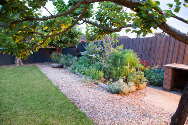 Contemporary Garden by Inspiring Landscape Solutions by Parveen Dhaliwal