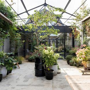 Exemple d'un jardin sur cour industriel avec une entrée ou une allée de jardin et une exposition partiellement ombragée.