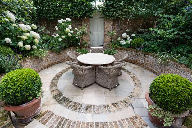 Traditional Garden by Karen Rogers at KR Garden Design