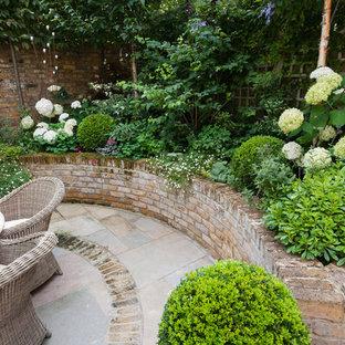 Idée de décoration pour un petit jardin tradition au printemps avec une exposition partiellement ombragée et des pavés en brique.