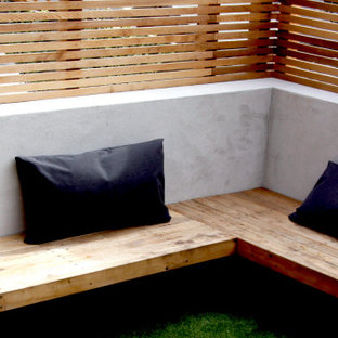 Geometrischer, Kleiner, Halbschattiger Moderner Garten hinter dem Haus mit Sichtschutz in Kent
