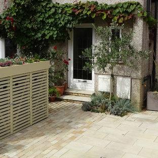 ロンドンの小さい、夏のコンテンポラリースタイルのおしゃれな前庭 (私道、庭への小道、日向、天然石敷き) の写真