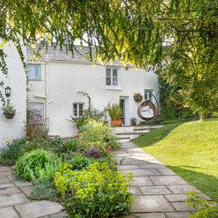 Esempio di un grande giardino country dietro casa con pavimentazioni in pietra naturale