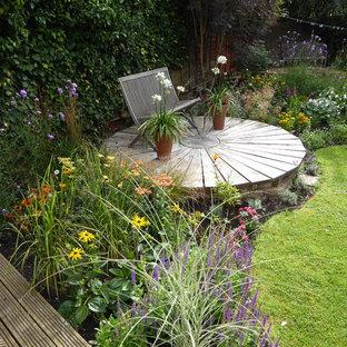 Réalisation d'un jardin arrière tradition avec une entrée ou une allée de jardin.