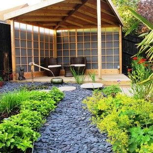 Idéer för att renovera en mellanstor orientalisk trädgård, med en fontän