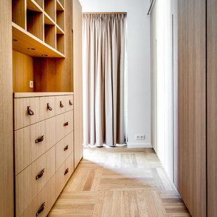 Modern inredning av en garderob, med beiget golv