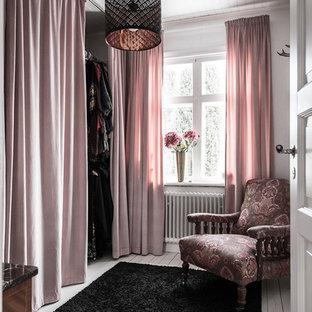 Esempio di una cabina armadio per donna classica di medie dimensioni