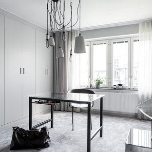 Inredning av ett modernt mycket stort walk-in-closet, med släta luckor, grå skåp, heltäckningsmatta och grått golv