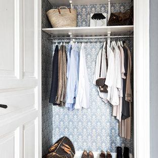 ヨーテボリの小さい男女兼用トラディショナルスタイルのおしゃれなウォークインクローゼット (塗装フローリング、白い床) の写真