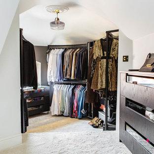 Diseño de armario vestidor unisex, nórdico, de tamaño medio, con armarios con paneles lisos, puertas de armario de madera en tonos medios y moqueta