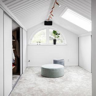 Inspiration för ett stort skandinaviskt omklädningsrum för könsneutrala, med släta luckor, heltäckningsmatta, vita skåp och vitt golv