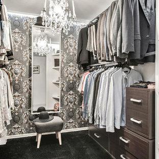 Foto på ett mellanstort vintage walk-in-closet för könsneutrala, med öppna hyllor, skåp i mörkt trä, heltäckningsmatta och svart golv