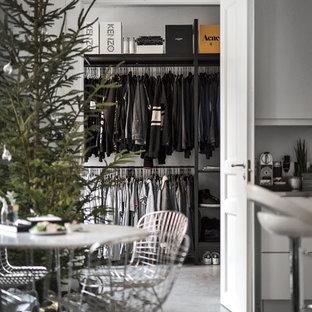 Idéer för minimalistiska walk-in-closets för män, med öppna hyllor