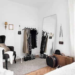 Inspiration för en mellanstor minimalistisk garderob, med mellanmörkt trägolv och brunt golv