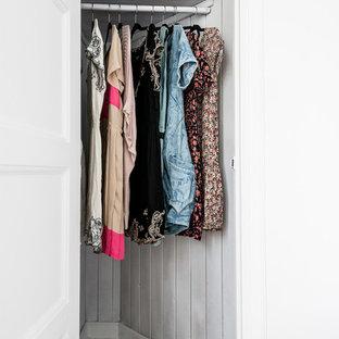 Imagen de armario de mujer, escandinavo, pequeño, con puertas de armario blancas y suelo de madera pintada