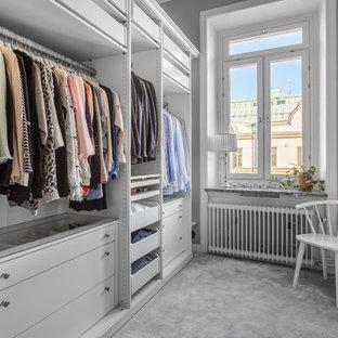 Exempel på ett mellanstort nordiskt walk-in-closet, med öppna hyllor, vita skåp, heltäckningsmatta och grått golv