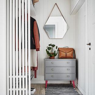 Immagine di armadi e cabine armadio scandinavi con pavimento in legno verniciato e pavimento bianco
