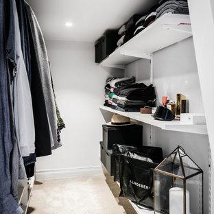 Foto de armario vestidor unisex, escandinavo, grande, con moqueta, armarios abiertos y suelo beige