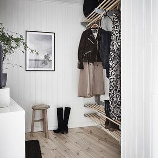 Inspiration för nordiska walk-in-closets för kvinnor, med ljust trägolv och beiget golv