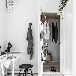 Idéer för att renovera en minimalistisk garderob, med släta luckor, vita skåp, målat trägolv och vitt golv