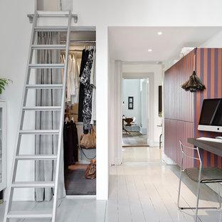 Esempio di un piccolo armadio o armadio a muro unisex scandinavo con ante lisce e pavimento in legno verniciato