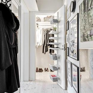 Ispirazione per un piccolo armadio o armadio a muro unisex nordico con nessun'anta, parquet chiaro, ante bianche e pavimento beige