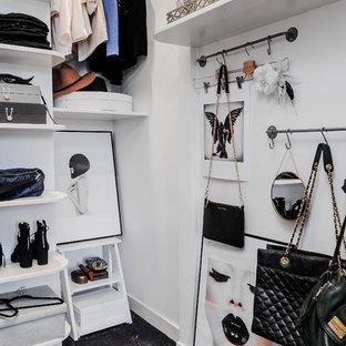 Diseño de armario vestidor de mujer, escandinavo, grande, con armarios abiertos, puertas de armario blancas y moqueta
