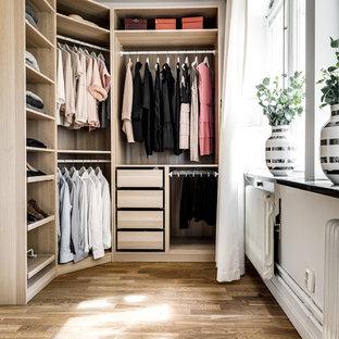 Idéer för ett modernt walk-in-closet för kvinnor, med öppna hyllor, skåp i ljust trä, laminatgolv och beiget golv
