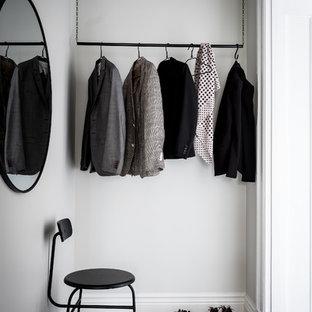 Idéer för att renovera ett nordiskt walk-in-closet för könsneutrala, med svart golv