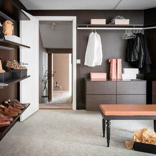 Idéer för funkis garderober, med grått golv