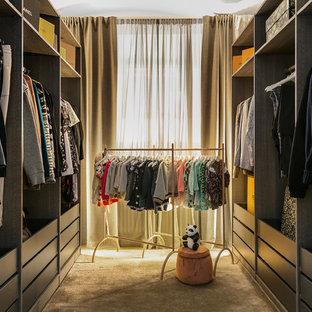 Foto på ett skandinaviskt walk-in-closet för kvinnor, med släta luckor, grå skåp, heltäckningsmatta och grått golv