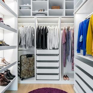 Skandinavisk inredning av en garderob