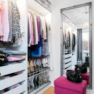 Inspiration för stora moderna garderober för kvinnor, med öppna hyllor