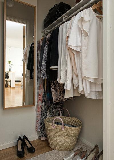 Contemporary Closet by Alvhem Mäkleri & Interiör