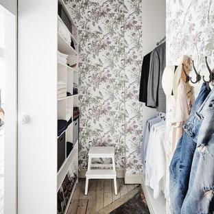 Foto på ett mellanstort minimalistiskt walk-in-closet, med öppna hyllor och vita skåp