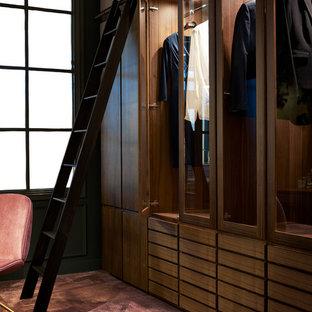 Imagen de armario vestidor de mujer, tradicional, de tamaño medio, con puertas de armario de madera oscura, moqueta, suelo rosa y armarios tipo vitrina