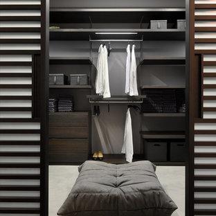 Foto de vestidor unisex, actual, con armarios con paneles lisos y puertas de armario de madera en tonos medios