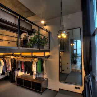 Imagen de armario vestidor de hombre, ecléctico, grande, con armarios con paneles lisos, puertas de armario negras, moqueta y suelo gris