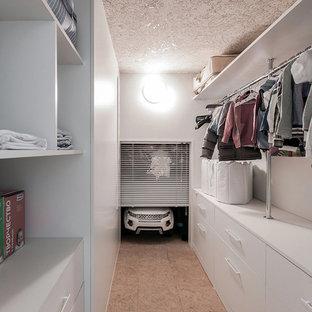 Новый формат декора квартиры: маленькая гардеробная комната в современном стиле с белыми фасадами для женщин или мужчин