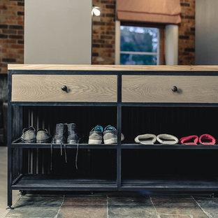 Idee per una cabina armadio unisex industriale di medie dimensioni con ante in stile shaker, ante grigie, pavimento in legno massello medio e pavimento beige